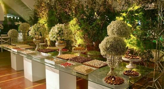 Mesa de doces com design atraente e romântico