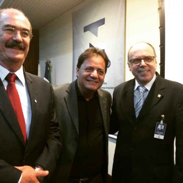 Presidente do Ipem-PE ladeado pelo Presidente do Inmetro, João Jornada, e Coordenador das Redes Credenciadas, Ommer Pohlmann.