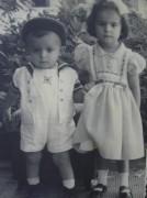 Xico Bizerra (1 ano) com a irmã Maria Virgínia (3 anos) em Crato